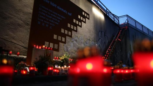 Kerzen brennen am 2015 an der Unglücksstelle der Loveparade 2010.