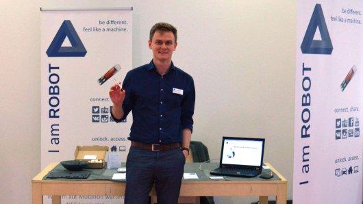 Sven Becker (26) präsentiert sein Chip-Implantat hier auf der Cyborg-Messe 2015 in Düsseldorf.