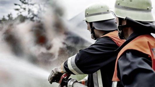 Die Feuerwehr musste am Mittwochabend ausrücken, um den Brand in einem Dortmunder Mehrfamilienhaus zu löschen. (Symbolfoto)