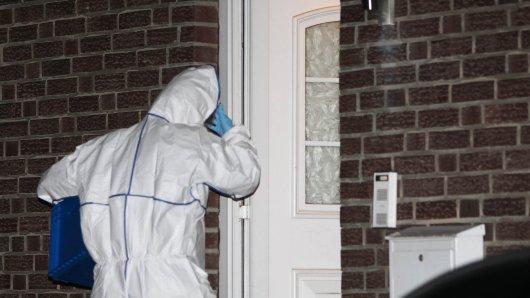 Ein Beamter der Spurensicherung geht in das Tathaus in Niederkrüchten.