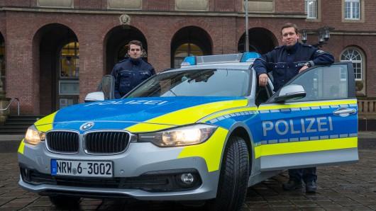 Die beiden Polizisten aus Herne testen den neuen Flitzer schon mal.