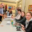 Dirk und Monika Halfmann sowie die Beisitzer Nanni Klöhn, Mara Klöhn und Sonja Klöhn wählen im Wahlbüro an der Brenschenschule in Witten Bommern.