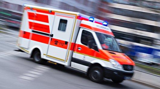 Bei dem Überholmanöver touchierte der Rettungswagen den Wagen einer 25-Jährigen.