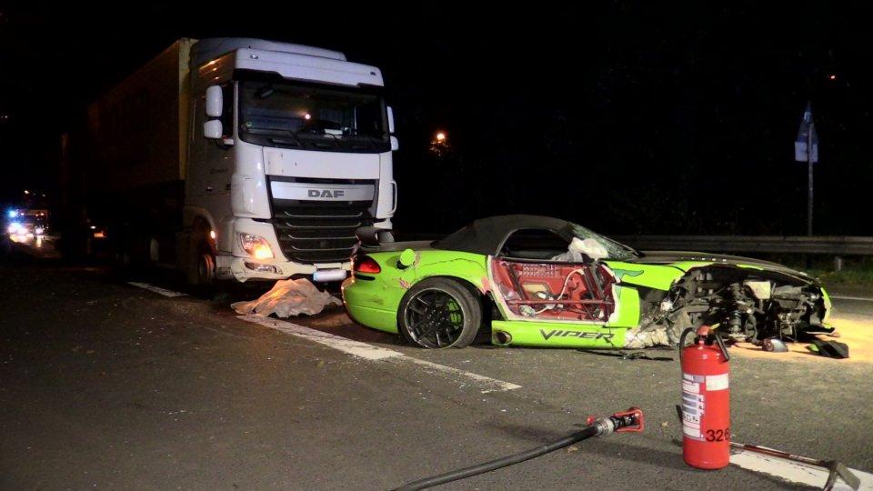 Schrecklicher Unfall in Düsseldorf: Mann wird aus Dodge Viper ...