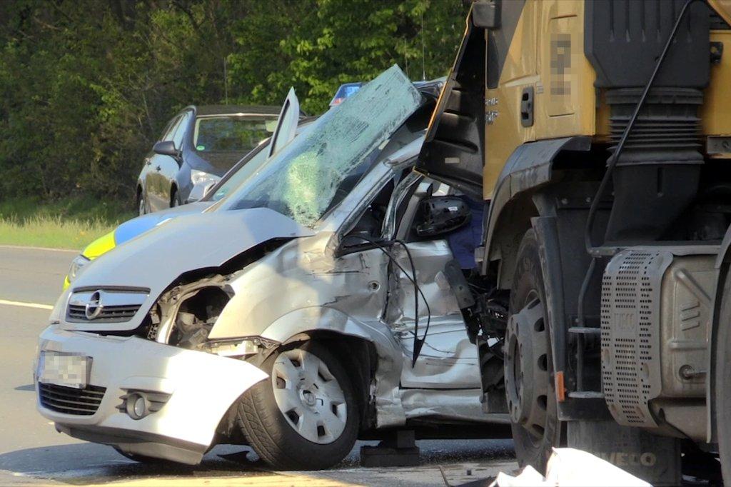 Tödlicher Unfall am Niederrhein: Lkw schleift Auto 20 Meter mit ...