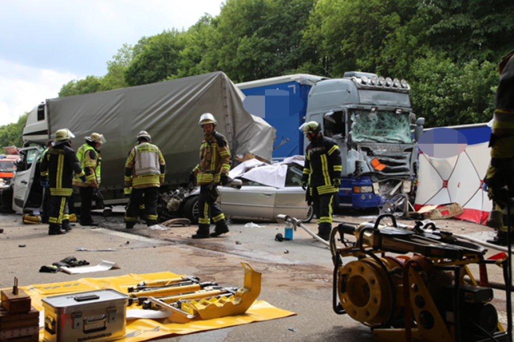 Schwerer Unfall auf der A45: Zwei Menschen gestorben – Autobahn ...