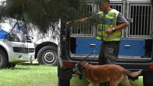 """Die Polizei suchte mit sogenannten """"Mantrailer"""" am Dienstag den Casinogarten in Viersen ab. Der Tatverdächtige (17) stellte sich kurze Zeit später."""