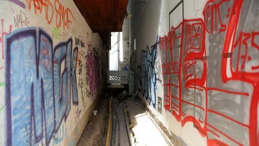 Ein 40-jähriger Graffiti-Sprayer hat die Aachener Polizei auf eine gewisse Art und Weise irritiert.