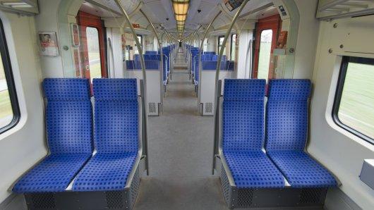 Eine junger Mann zog sich in der Nacht auf Samstag in einer S-Bahn aus. (Symbolbild)