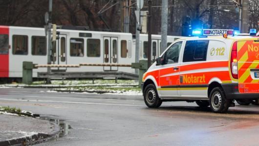 Rettungswagen vor einem Straßenbahn-Übergang in Köln. (Symbolfoto)
