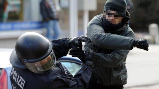 Die Polizeigewerkschaft NRW (DPOLG) bestätigt: Die Gewalt gegen Polizisten nimmt immer weiter zu.