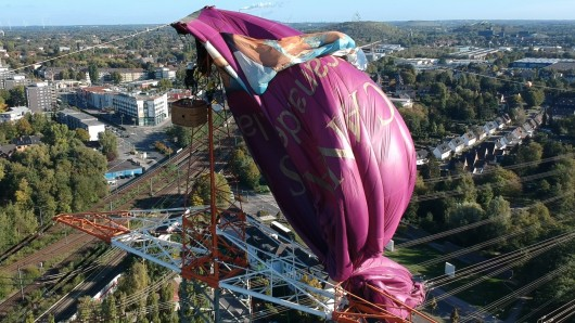 Der Heißluftballon hängt auch am Montagfrüh noch in der Oberleitung.