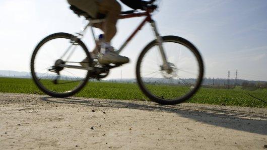 Eine unbekannte Frau hat eine 11-Jährige vom Fahrrad geschubst. (Symbolbild)