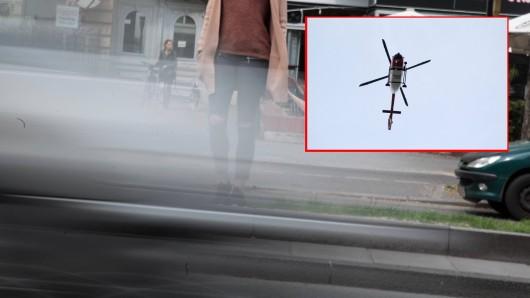 Ein Auto, bei dem die Handbremse nicht angezogen war, erfasst das Mädchen (17).