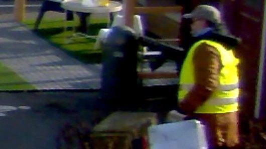 Eines von drei veröffentlichen Bildern einer Überwachungskamera, welches einen der Räuber zeigt.