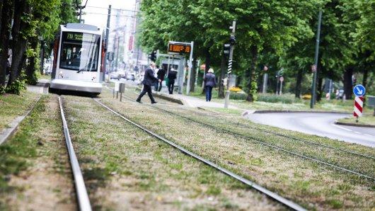 In Düsseldorf ist eine 24-Jährige vor die Straßenbahn gelaufen, dabei verletzte sie sich lebensgefährlich.