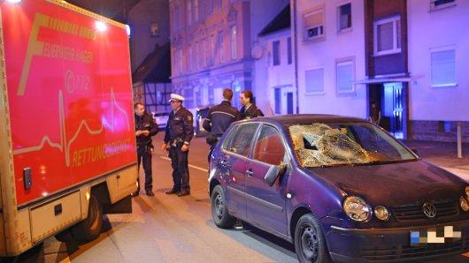 Eine Frau wurde von einem VW Polo erfasst.