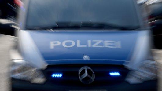 Der 50-Jährige wurde scheinbar grundlos von den 3 unbekannten Tätern angegriffen. Die Polizei ermittelt. (Symbolfoto)