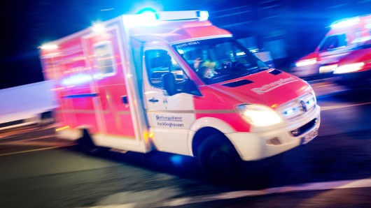 Trotz sofortiger Reanimationsversuche der Rettungskräfte verstarb die Frau noch am Unfallort. (Symbolfoto)