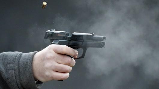 Eine Schusswaffe konnte bisher noch nicht festgestellt werden. Bei dem vermuteten Schützen konnten die Beamten jedoch Schreckschussmunition sicherstellen. (Symbolfoto)