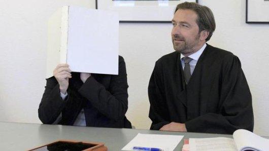 Die 66-jährige angeklagte frühere Realschullehrerin und ihr Strafverteidiger Frank Otten sitzen im Landgericht.