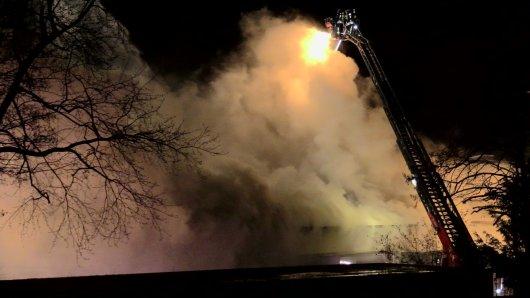 150 Feuerwehrleute bekämpften stundenlang den Brand der Lagerhalle in Meerbusch.