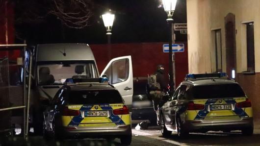 Die Polizei leitete einen SEK-Einsatz in Düsseldorf Eller, weil ein 29-Jähriger einen erweiterten Suizid auf Facebook angekündigt hatte.