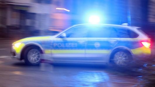 Nachdem die Beamten versuchten, der Frau den Weg zu versperren, rammte diese die Beifahrerseite des Streifenwagens. (Symbolfoto)