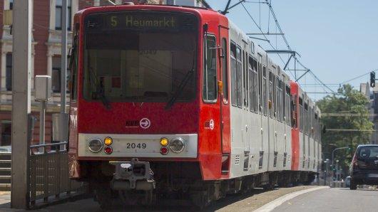 In Köln ist eine Frau von einer Straßenbahn überfahren worden.