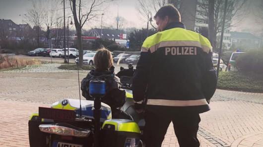 Weil ein Vierjähriger Angst vor Ärger mit der Polizei hatte, entschuldigte er sich mit einem selbstgemalten Brief. Dafür durfte er ein Privileg ..., das laut der Polizei nur für die Kleinsten reserviert ist.
