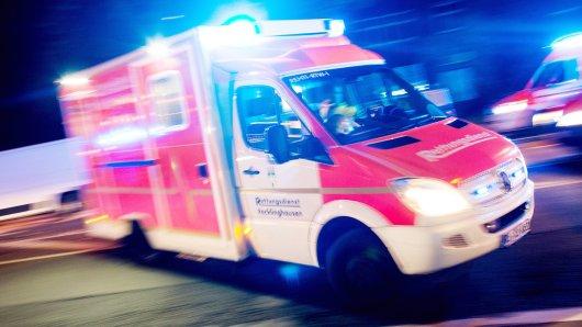 Ein 49-Jähriger ist auf der A46 von einem Lastwagen erfasst worden.