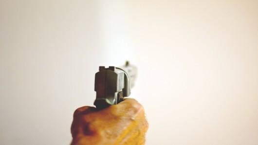 Ein Mann hantierte am Freitag mit einer Schusswaffe herum und verletzte einen Gocher. (Symbolbild)