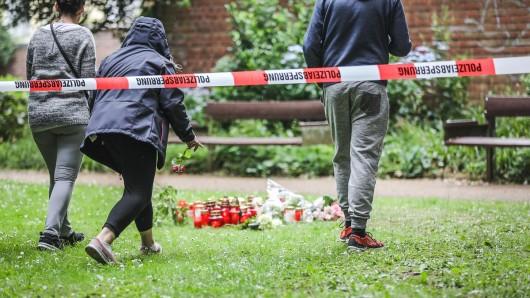 Trauende nehmen Abschied von Iulia (15) im Casinogarten in Viersen.