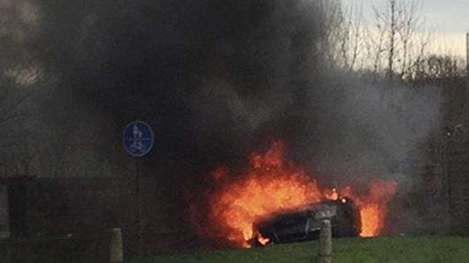 Nach dem Überfall auf einen Geldtransport am Flughafen Köln/bonn setzten die Täter den Fluchtwagen in Brand.