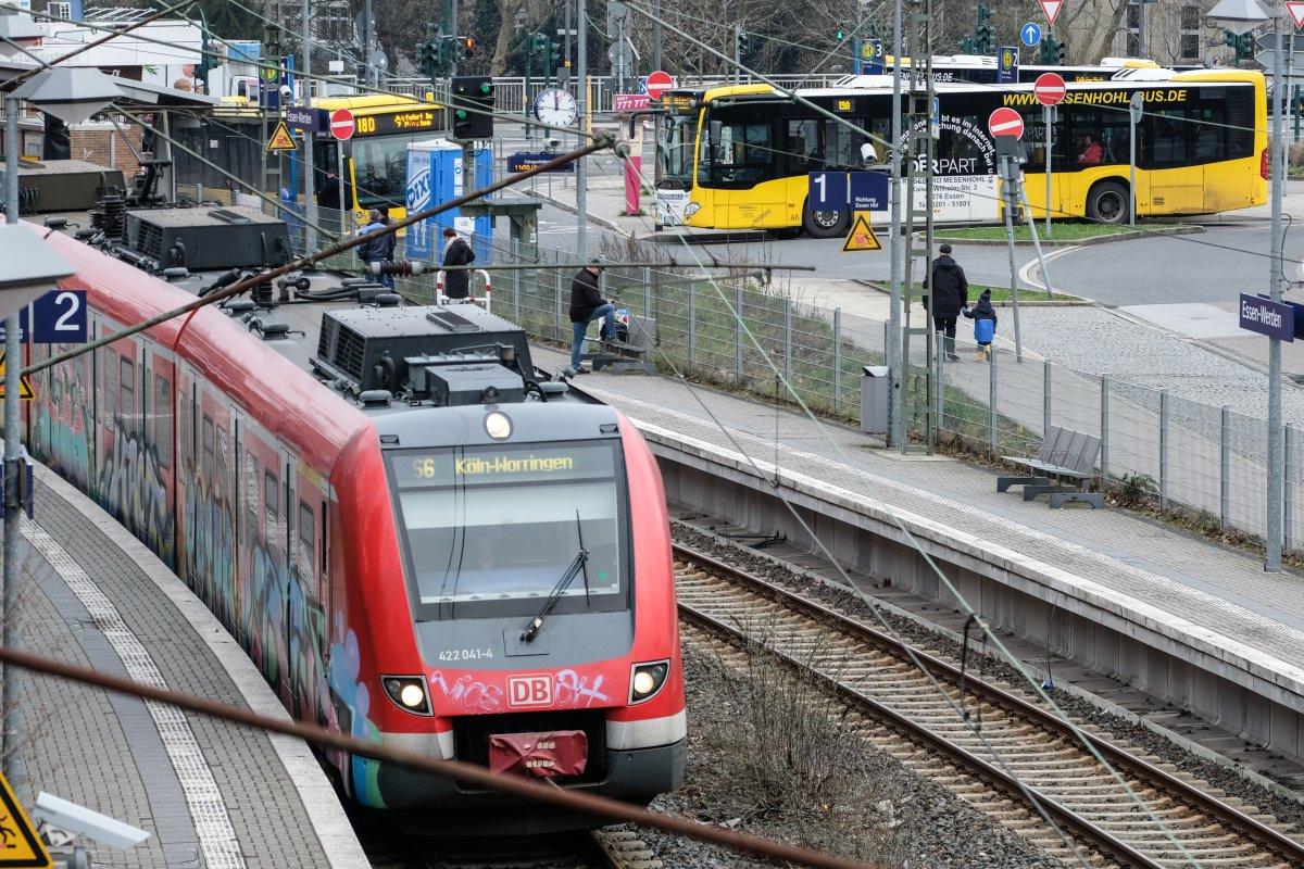 """Frontal21: """"Armutszeugnis!"""" – Experte zeigt auf, warum der Nahverkehr im Ruhrgebiet eine Katastrophe ist"""