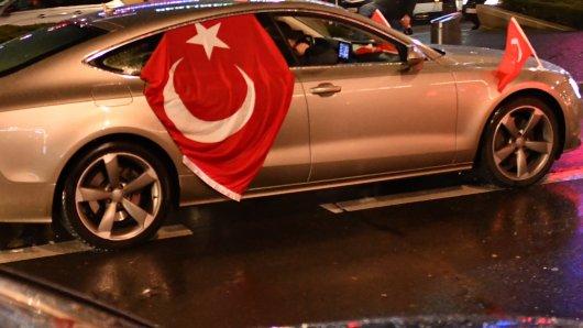 Türkische Hochzeiten sorgten am Samstagnachmittag für Straßenchaos. (Symbolbild)