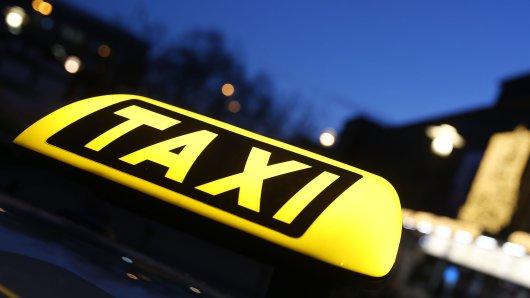 In Düsseldorf wurde ein Taxifahrer angegriffen und ausgeraubt.