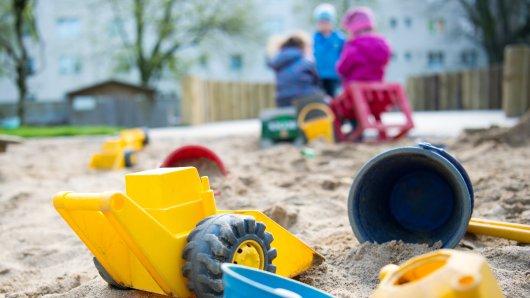 Unbekannte Täter haben Scherben in einem Sandkasten eines Kindergartens am Wolfsdeich in Hamminkeln versteckt (Symbolfoto).
