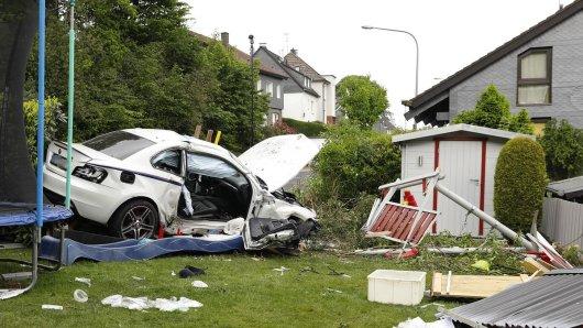 Die Fahrt des 22-jährigen BMW-Fahrers endet in einem Garten in Remscheid.