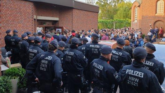 Die Polizei rückte mit einem großen Polizeiaufgebot an. Aktiv eingreifen musste sie glücklicherweise nicht.