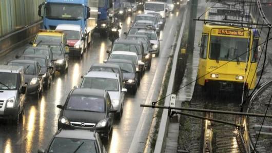 Auf der A40 im Ruhrgebiet stehen Autofahrer sehr oft im Stau.