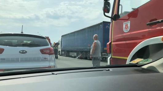 Gaffer steigen aus ihren Fahrzeugen, um einen möglichst guten Blick auf den Unfall auf der A1 zu erhaschen.