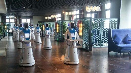 """Diese Roboter bedienen dich bald im China-Restaurant """"Neue Epoche"""" in Moers."""