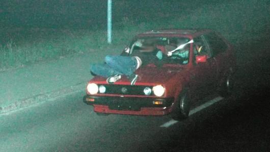 Einen ungewollten und lebensgefährlichen Ritt auf der Motorhaube erlebte ein Hotelbesitzer in NRW. (Symbolfoto)