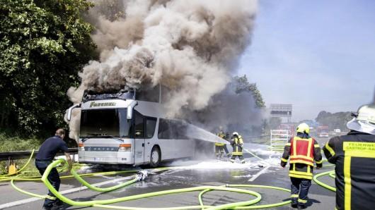 Der Reisebus stand auf der A2 lichterloh in Flammen.