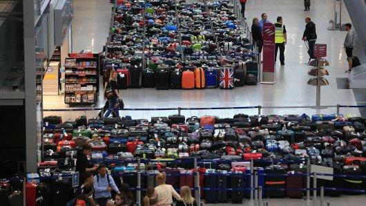 Hunderte Koffer werden am Flughafen Düsseldorf gesammelt und bleiben vorerst stehen.