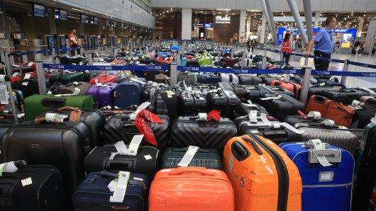 Hunderte Fluggäste am Flughafen Düsseldorf müssen ihr Gepäck zurücklassen.