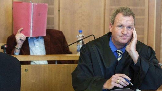 Ein 52-jähriger Krefelder (hinten) ist wegen fahrlässiger Tötung seiner Ehefrau bei brutalen Sexpraktiken zu eineinhalb Jahren Haft auf Bewährung verurteilt worden.