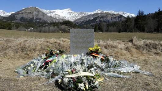 Blumen liegen ein Jahr nach der schrecklichen Germanwings-Tragödie am Unglücksort in Le Vernet (Frankreich).