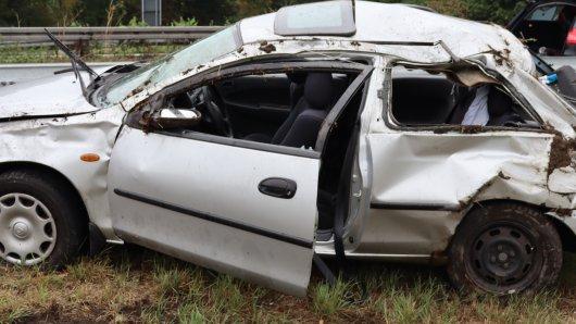 Dieser Mazda hatte sich am Sonntagnachmittag auf der A1 Richtung Bremen überschlagen. Zwei Personen wurden verletzt.